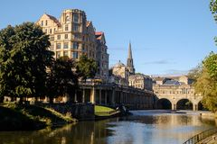 De rivier Avon en Pulteney overbrugt in Bad, Engeland stock afbeelding