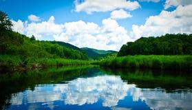 De rivier blauwe hemel van Sacandaga Stock Foto