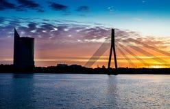 De rivier Daugava Riga van de zonsondergangbrug Stock Foto