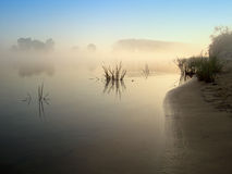 De rivier in de mist Royalty-vrije Stock Foto