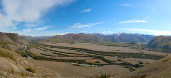 De rivier die in de steppe stromen Stock Foto