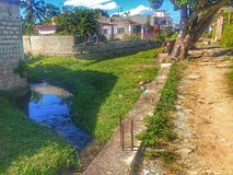 De rivier die de stad kruist stock afbeeldingen