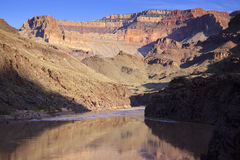 De Rivier die van Colorado hoewel Grote Canion Nationa loopt Royalty-vrije Stock Fotografie