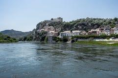 De rivier Ebro met de mensen van miravet stock afbeelding