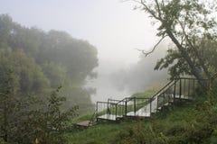 De rivier in een mist Stock Foto