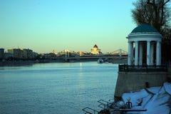 De rivier en de brug van Moskou Stock Foto's