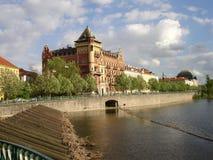 De rivier en de bouw van Praag Stock Foto's