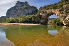 De rivier en de brug. Stock Afbeelding