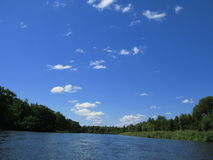 De rivier en de hemel stock fotografie