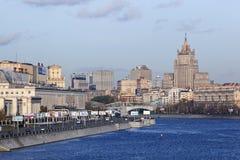 De Rivier en de mening van Moscva over centrum van Moskou Royalty-vrije Stock Afbeeldingen