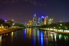 De rivier en de stad van Yarra bij nacht Stock Foto's