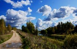 De rivier en de weg Royalty-vrije Stock Foto's