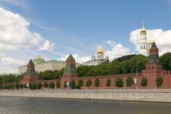 De rivier en het Kremlin van Moskou royalty-vrije stock afbeeldingen