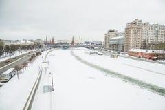 De rivier en Moskou het Kremlin van Moskou stock afbeeldingen