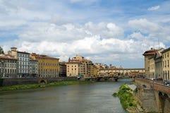 De rivier en Ponte Vecchio van Arno stock fotografie