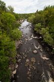 De rivier en de rotsen Stock Fotografie