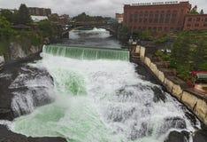 De rivier en de watervallen van Spokane Washington op regenachtige dag stock foto