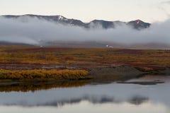 De rivier en de wolk bij de voet bergen royalty-vrije stock foto