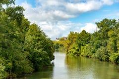 De rivier gaf DE Pau met het kasteel bij de achtergrond royalty-vrije stock foto