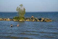 De rivier, de hemel en de stenen Stock Foto's