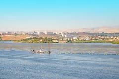 De rivier/het de de Meer schoonmakende machine/boot/schip verzamelen het drijvende afval stock fotografie