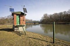 De rivier Maart in Lager Oostenrijk en een kleine waarnemerspost dichtbij de pensionair aan Slowakije stock foto