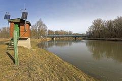 De rivier Maart in Lager Oostenrijk en een kleine waarnemerspost dichtbij de pensionair aan Slowakije royalty-vrije stock afbeelding