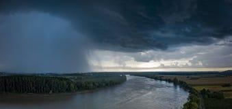 De rivier met een onweer en een regen in de zomer, de rivier van Garonne, Gironde stock afbeeldingen