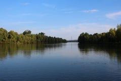 De rivier netto in zomer, die op het bootmilieu de vissen van het meer stock foto