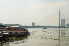 De rivier Phraya in Bangkok schijnt vrij verontreinigd Stock Foto's