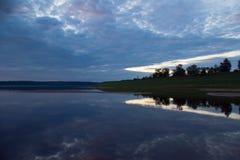 De rivier Pinega van het estuarium stock foto's