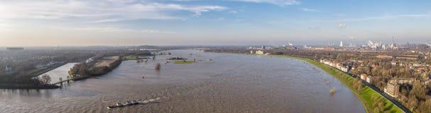 De rivier Rijn in volledige vloed door Duisburg tijdens de Overstroming van Januari 2018 Royalty-vrije Stock Afbeeldingen