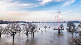 De rivier Rijn in volledige vloed door Duisburg tijdens de Overstroming van Januari 2018 Stock Afbeelding