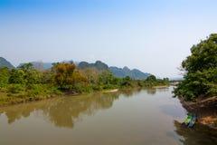 De rivier in rode brug, vang vieng Stock Afbeelding