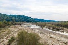 De rivier Slanic die dichtbij de stad van Prahova in Roemenië stromen stock afbeeldingen