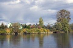 De Rivier Snohomish van de charme van de herfst @ Stock Afbeeldingen