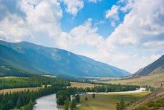 De rivier stroomt in een bergvallei Royalty-vrije Stock Foto's