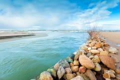 De rivier stroomt in het overzees royalty-vrije stock fotografie