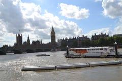 De Rivier Theems en Huizen van het Parlement Stock Afbeeldingen
