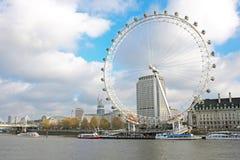 De rivier Theems met het Oog van Londen in Londen het UK Stock Foto