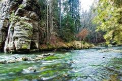 De rivier tussen rotsen Royalty-vrije Stock Fotografie