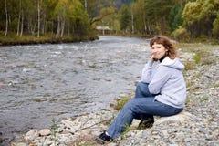 De rivier van de berg Het meisje van het portret Autumn Landscape altai royalty-vrije stock foto's
