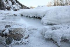 De rivier van bergen met stenen Stock Afbeeldingen