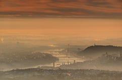 De rivier van Boedapest en van Donau in de gloeiende mist van de de winterochtend royalty-vrije stock foto