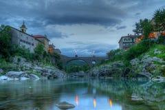 De rivier van brug ovre Soca in Kanal bij dageraad Stock Afbeelding