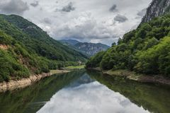 De rivier van Cerna stock afbeeldingen