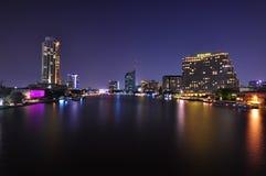 De rivier van Chaopraya bij nacht Royalty-vrije Stock Afbeeldingen