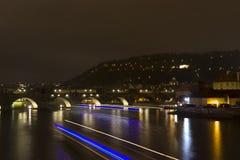 De Rivier van Charles Bridge en Vltava-in de nacht, Praag, Tsjechische Republiek Stock Foto