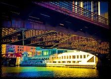 De Rivier van Chicago bij met vreedzame bezinningen van cityscape Stock Afbeeldingen