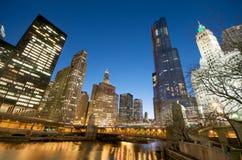 De Rivier van Chicago bij Nacht stock foto